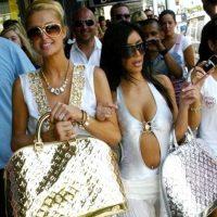 Hubo una infame época para Kim Kardashian en la que Paris Hilton era prácticamente su ama. Y como era su ama, la copiaba. Sobre todo cuando usaban carteras doradas, vestidos dorados y gafas enormes para revelar que pertenecían a la alta sociedad de Los Ángeles. Foto:Getty Images