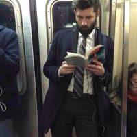 Esta cuenta retrata a los hombres más guapos del metro de Nueva York que leen libros o periódicos. Foto:Hot Dudes Reading/Instagram
