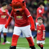 Kai con la mascota del Manchester United. Foto: Getty Images