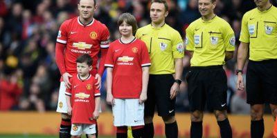Salió a la cancha del Old Trafford de la mano de su papá. Foto:Getty Images