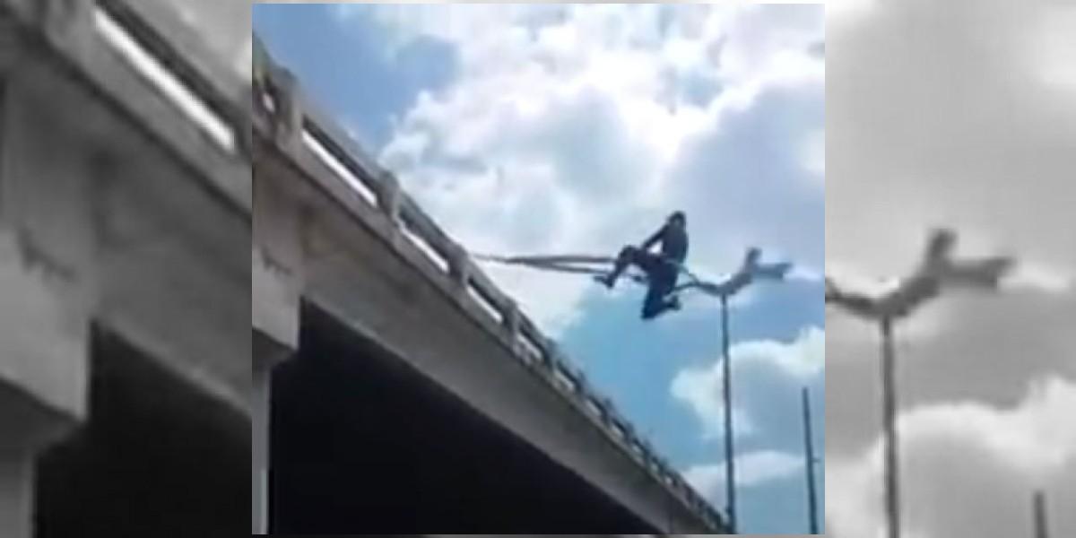 Video. A este Spiderman sí le darías dinero en el semáforo