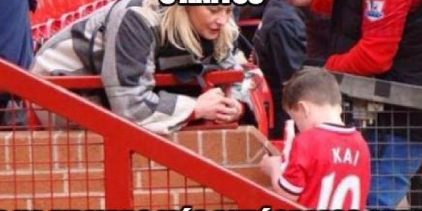 Kai, el hijo de Wayne Rooney repartiendo autógrafos. Ya tiene un meme en las redes sociales. Foto:Twitter