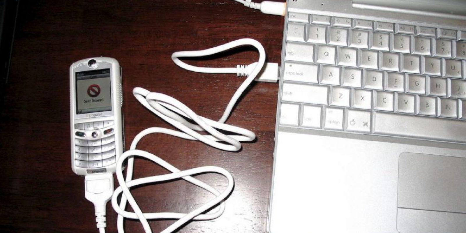 En el 2005 vio la luz un proyecto de Apple y Motorola llamado ROKR. Se trata de un teléfono móvil que relativamente tuvo éxito, ya que hubo muchas versiones después de su lanzamiento. Sin embargo, Apple abandonó el proyecto para centrase en otros que ahora gozamos, como el iPhone y iPod. Foto:Vía commons.wikimedia.org