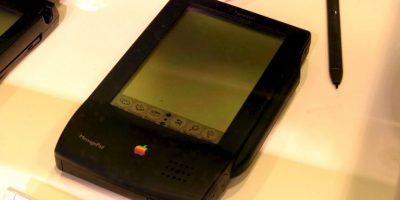 El primer experimento de Apple por un móvil fue el Apple Newton PDas. La pantalla ilegible, el nulo reconocimiento de la escritura y una batería de muy corta duración terminaron por derrotar esta idea. Foto:Vía commons.wikimedia.org