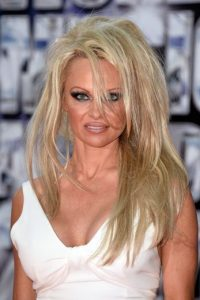 Pamela Anderson se atrevió a ir de camisa escotada y jeans a los Oscar. Vetada de por vida. Foto:Getty Images