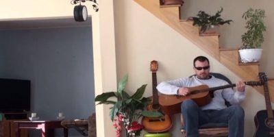 """Así lo sintió este """"músico"""" que pateó a su gato, que dormía cómodamente en el sillón. Foto:Youtube"""