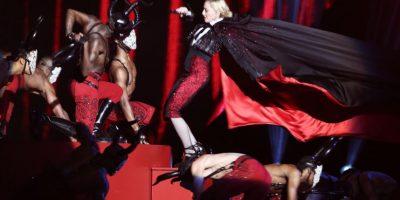 """Madonna con su hermosa capa que no supo abrir """"con sus manitas"""". Foto:Getty Images"""