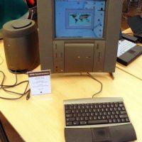 Apple TAM (Twentieh Anniversary Macintosh) fue creada por el vigésimo aniversario de la firma. No hay muchos pros y contra, más bien se le toma como un dispositivo decorativo y de aniversario. Foto:Vía commons.wikimedia.org