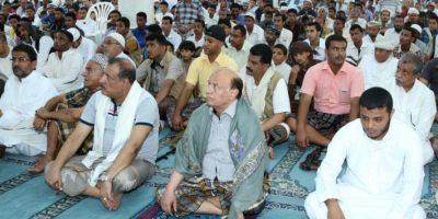 Al centro, el presidente de Yemen Abedrabbo Mansour Hadi, rezando en una mezquita durante este viernes Foto:AFP