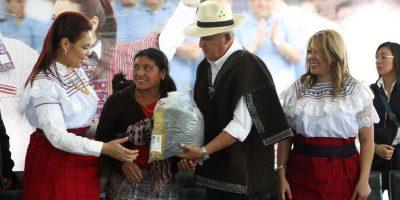 Fotos. Luego de acto de gobierno, entregan bolsas con fotos del PP