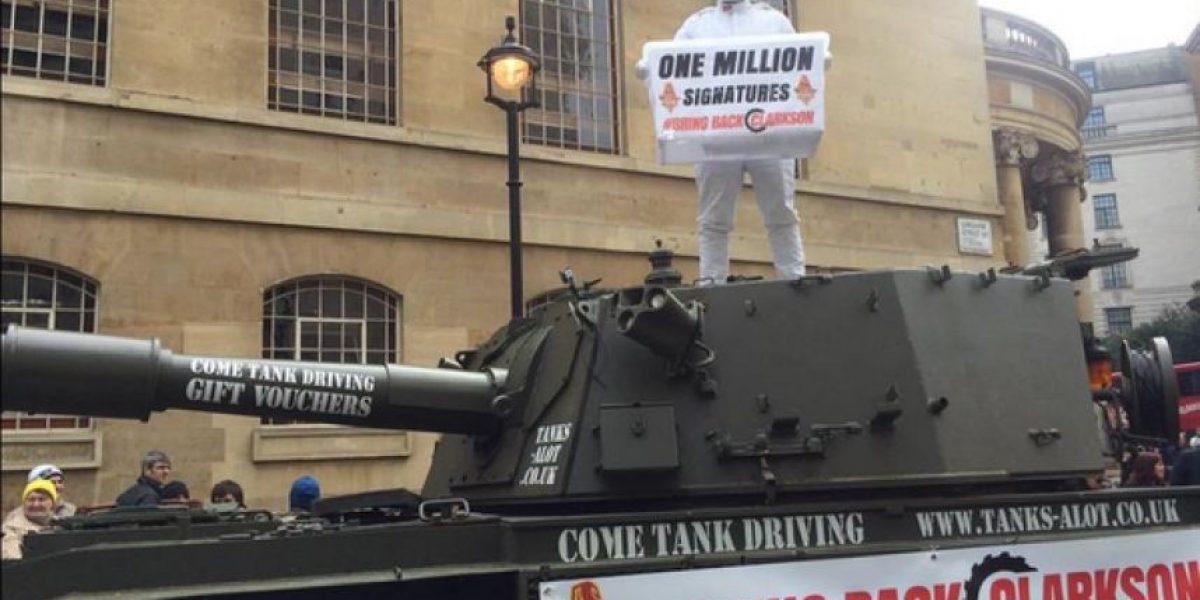 FOTOS: Con tanque de guerra protestan en la BBC por cancelación de programa
