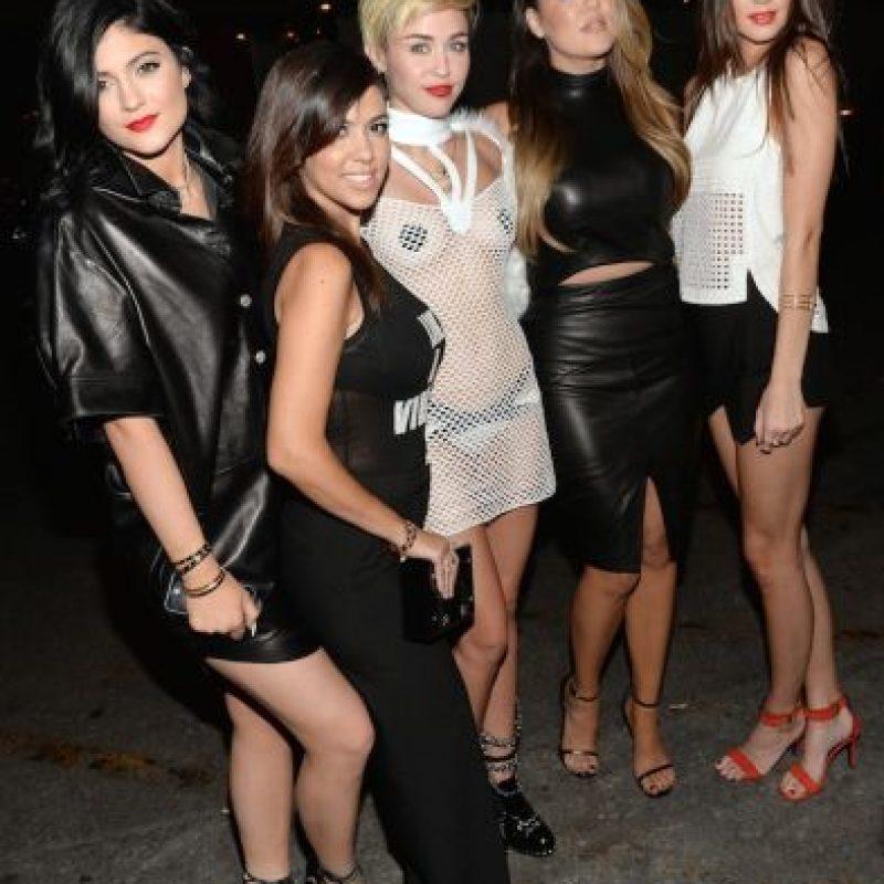 Miley Cyrus con Kourtney, Khloe y Kim Kardashian, y Kylie y Kendall Jenner Foto:Getty Images