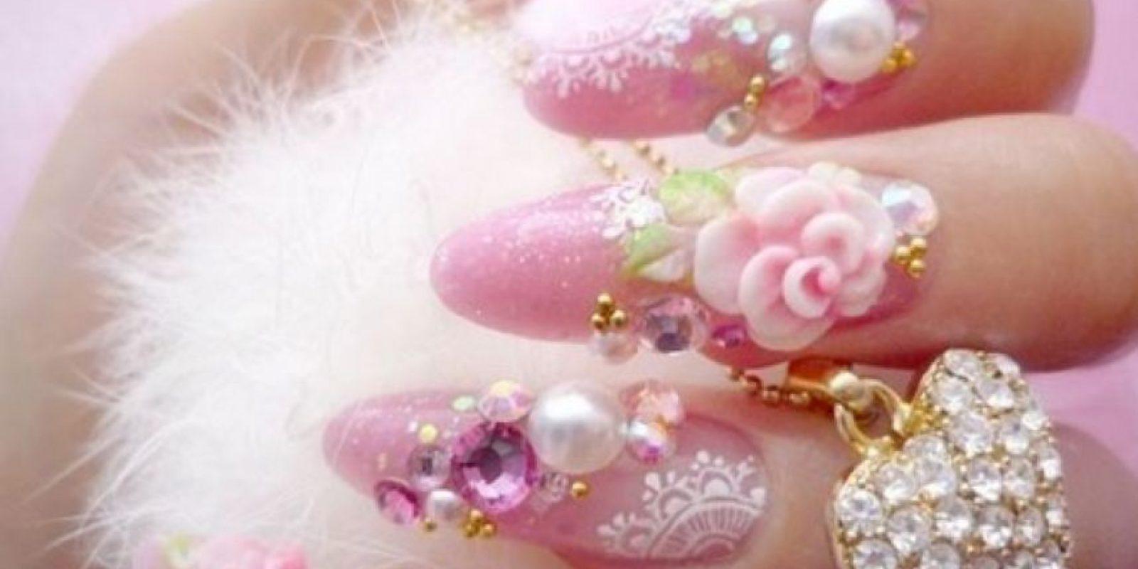 Las uñas llegaron a tener miles de artificios que si bien creaban obras de dudoso gusto, también eran una muestra de cómo se podía evolucionar en el arte de las uñas artificiales. Foto:Pinterest