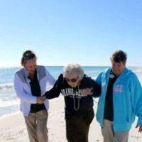 Esta anciana de 101 años vio el mar por primera vez. Foto:Facebook