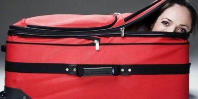 WTF! Detienen a hombre en frontera por llevar a su esposa dentro de una maleta