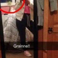 Aparentemente un fantasma aparece en el espejo detrás de una adolescente de 14 años que se tomó un selfie para enviárselo a su amiga. Foto:Twitter