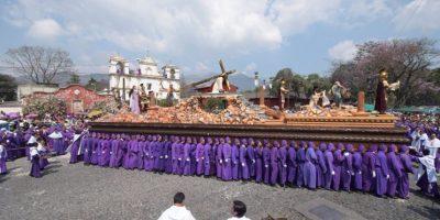 FOTOS. Color y tradición en las calles de La Antigua por procesión de Jesús de la Caída