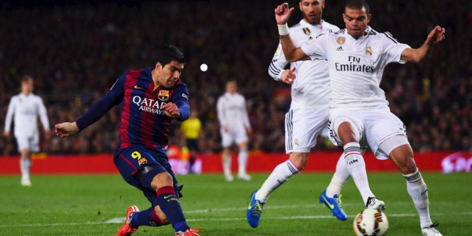 El disparo ya salió, la pelota terminará en las redes. Se colará en la base del palo derecho de Iker Casillas Foto:Getty Images