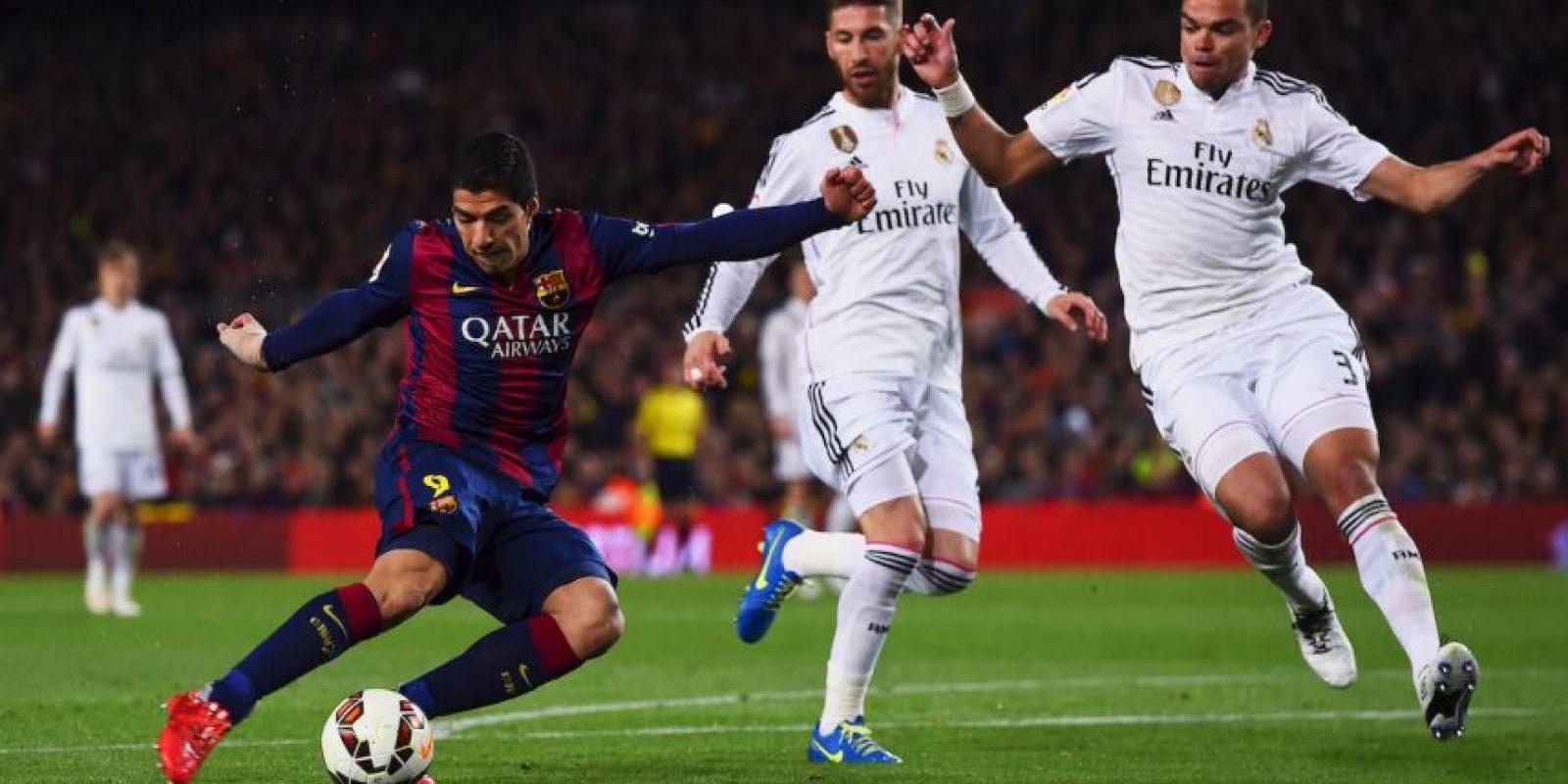Suárez recibió el pase de Dani Alves, controló el balón y remató al arco del Real Madrid. Foto:Getty Images