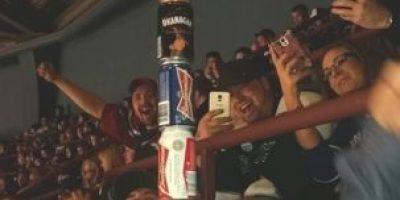 Hombre resulta apuñalado en un bar y continúa bebiendo con sus amigos