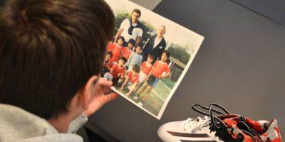 Lionel con sus zapatos que le recuerdan su infancia. Foto:Adidas