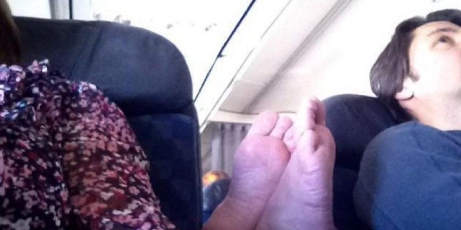 Nunca faltan los pies desnudos entre los asientos de un avión. Foto:We Know Meme