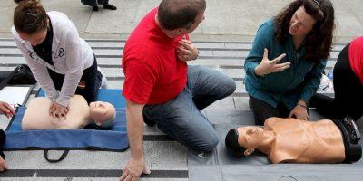 Luego de rescatar a la persona del peligro, examine y vigile sus vías respiratorias, la respiración y el pulso. Si es necesario, comience a dar respiración boca a boca y RCP. Foto:Getty Images