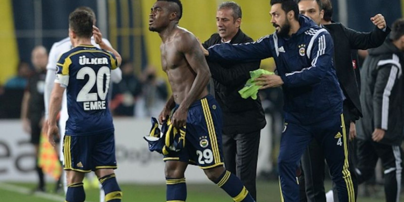 Emmanuel Emenike, jugador del Fenerbahce, fue víctima de insultos racistas por parte de su propia afición en partido ante Besiktas. Foto:Getty Images