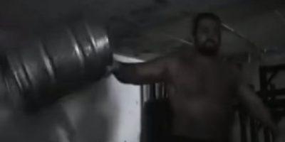 Barriles, martillos y llantas son los instrumentos que ha elegido Rusev para incrementar su fuerza Foto:WWE