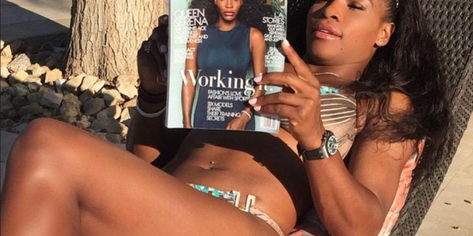 """Serena Williams leyendo la entrevista de """"Vogue"""". Foto:instagram.com/serenawilliams"""