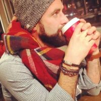"La típica foto bebiendo café ""totalmente desapercibida"" Foto:We Know Meme"
