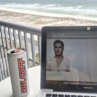 Presumiendo cómo trabajas desde la playa Foto:Tumblr.com/tagged-poses-mujeres