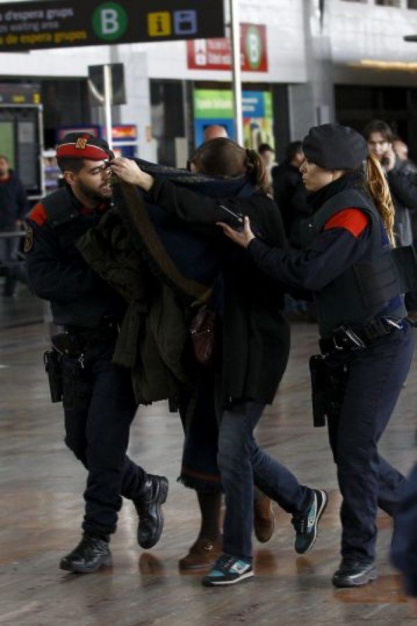 Familiares llegando al Aeropuerto El Prat de Barcelona Foto:AFP