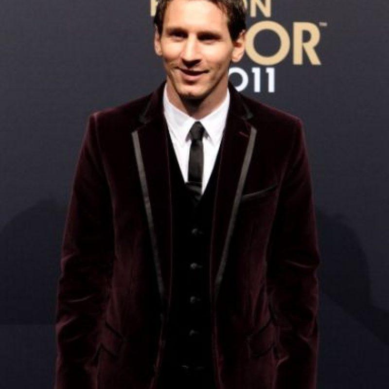 Un año antes, veríamos el primer look del argentino que llamó la atención. Fue un traje con saco en terciopelo en color vino, algo no tan común hasta entonces en las galas del Balón de Oro. Foto:Getty Images