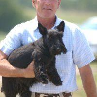 George W. Bush consiente a su pequeño amigo Foto:Getty Images