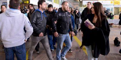 Familiares llegan al aeropuerto El Prat tras enterarse de la noticia Foto:Getty Images
