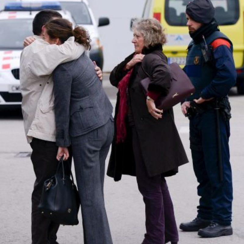 El desconsuelo de los familiares de los pasajeros del siniestrado avión Foto:Getty Images