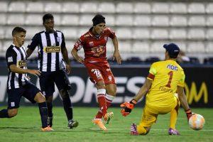 En febrero pasado, un grupo de seguidores del conjunto peruano agredió físicamente a sus futbolistas, después de que fueran goleados 4-0 por Huracán de Argentina Foto:Getty Images