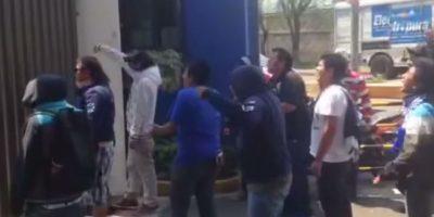 Los hinchas celestes irrumpieron en las instalaciones de su equipo para exigir resultados Foto:Youtube: HistoriaAzul