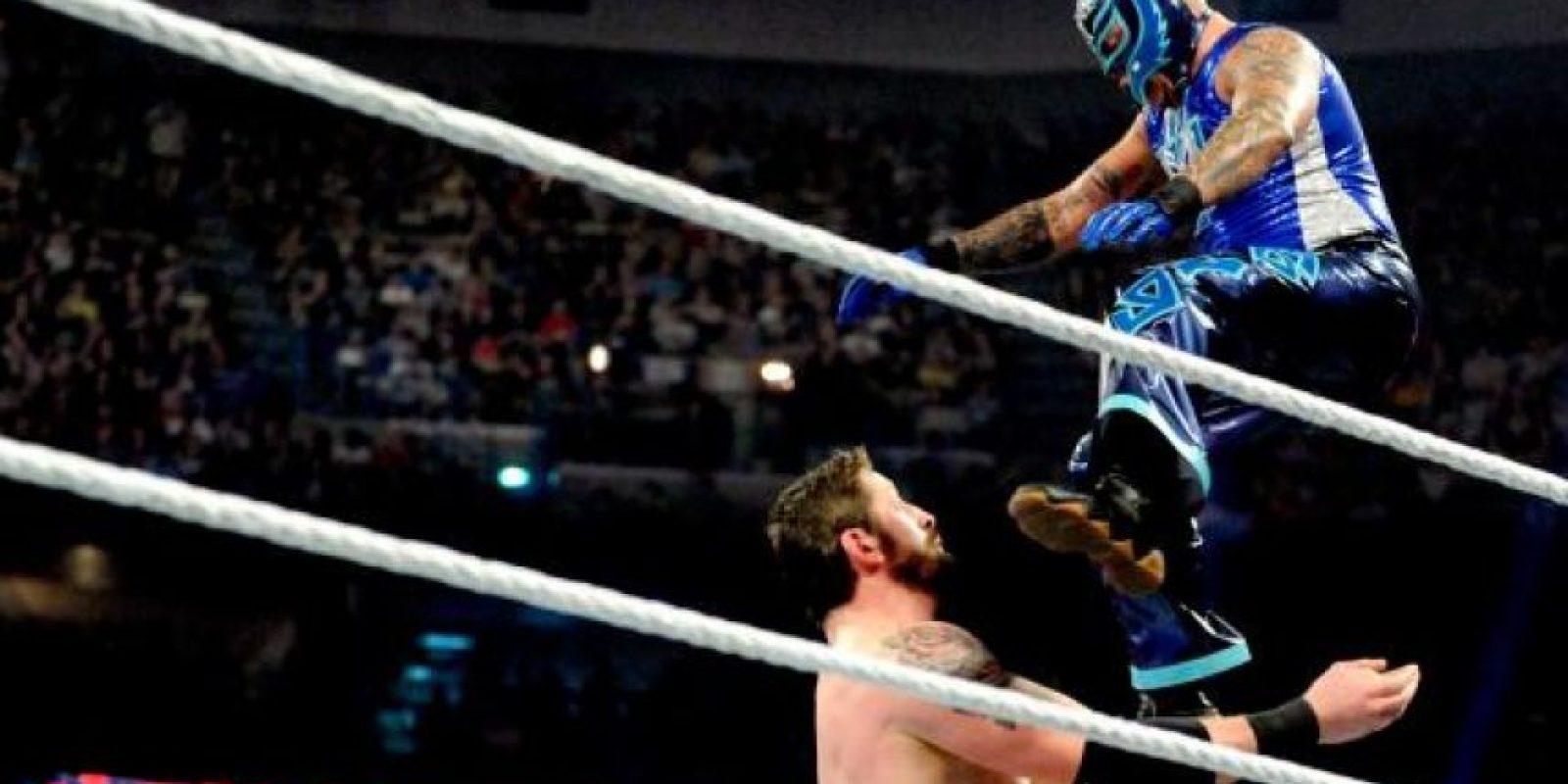 Mysterio se presentó sin su máscara a la misa de cuerpo presente Foto:WWE