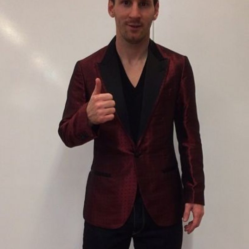 En su cuenta de Instagram, Leo Messi compartió esta imagen donde aparece con un saco rojizo, parecido al que había usado en la gala anterior del Balón de Oro. Foto:Instagram @leomessi