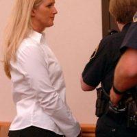 Carrie McCandle se acostó con un estudiante pero la arrestaron por posesión de drogas. Foto:AP