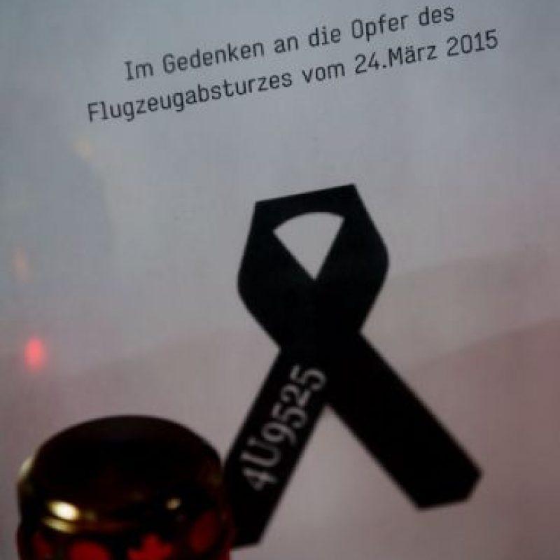 Velas son colocadas enfrente del libro de las condolencias. Foto:AFP