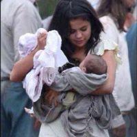 """Selena Gomez cargando a un bebé que aparece en la película """"En lucha incierta"""" Foto:Instagram James Franco"""