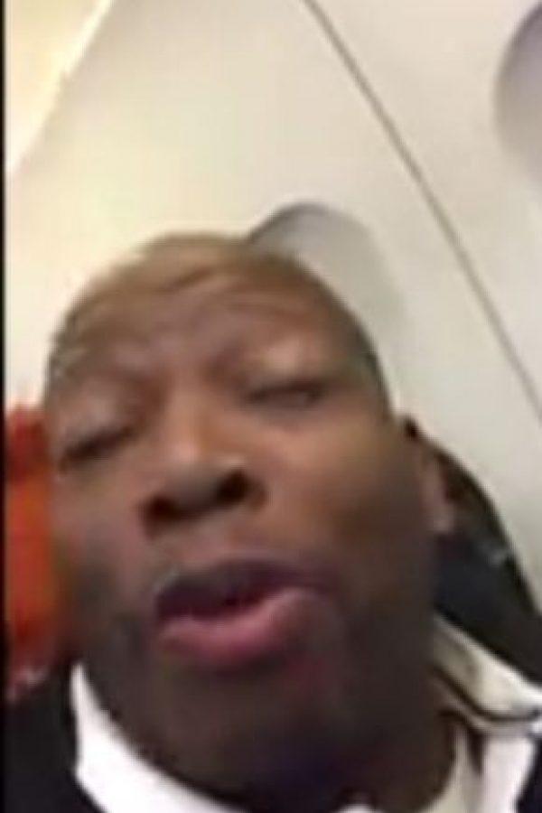 """El colombiano salía de Moscú y le dijo a sus seguidores que """"prohibió"""" al piloto de su cabina """"salir a orinar"""" por temor a que """"otro loco"""" hiciera lo mismo que hizo Andreas Lubitz con el avión de Germanwings en los Alpes Franceses. Esto ha generado todo tipo de comentarios. Foto:Twitter"""