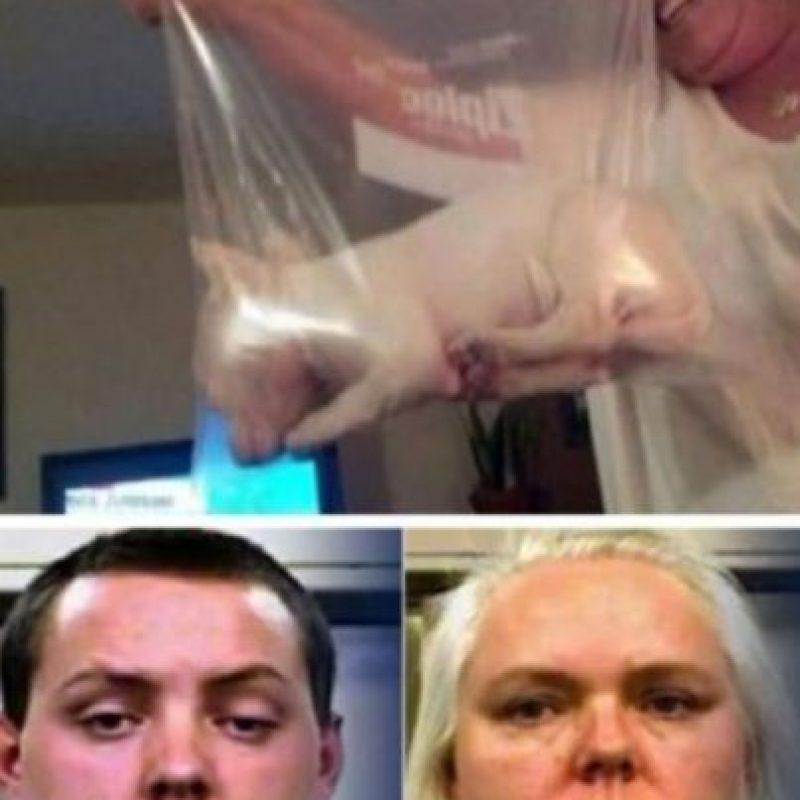 Se les ocurrió meter a su perrito en una bolsa plástica: Mary Snell y su hijo Britton James, fueron arrestados por crueldad animal luego de que metieron a su nuevo cachorro en una bolsa plástica para congelar. Así, posaron orgullosos. Esto llevó a que alguien los denunciara a la Policía. El perrito ahora es cuidado por otro miembro de la familia Foto:Oddee