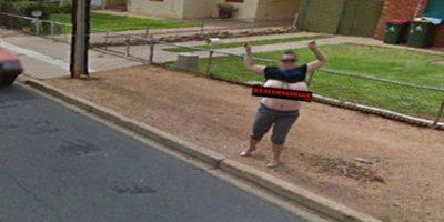 Mujer se levantó la blusa frente al auto de Google Maps