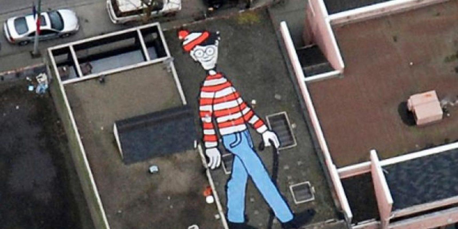 """Wally, el famoso personaje de la caricatura """"Y ¿Dónde está Wally?"""" se encuentra pintado en la azotea de una casa de Vancouver en Canadá. Es una obra de la artista canadiense Melanie Coles. Foto:Google Earth"""