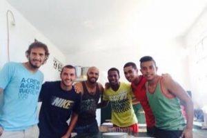 Sixto Betancourt en la Playa Alamo de Uruguay con sus compañeros de equipo. Foto:Sixto Betancourt