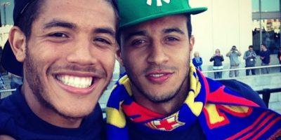 """En 2013, el futbolista mexicano Jonathan Dos Santos encendió las redes sociales al subir una foto con su compañero Thiago Alcántara y declararle su amor: """"A tu lado este día aun fue mas especial #tamojuntosempre #teamo"""", escribió """"Jona"""" luego de que el Barça ganara la Liga. Foto:Instagram @jona2santos"""